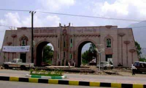 شاهد.. كيف يحشد الحوثي للقتال باختبارات طلاب جامعة إب؟