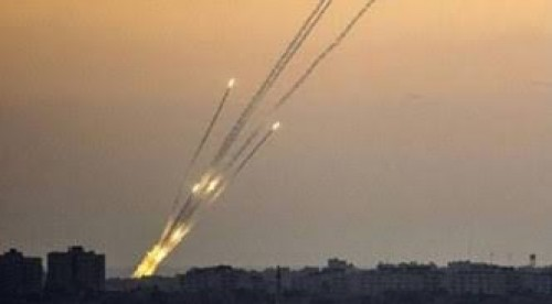 صحفي يكشف علاقة صواريخ غزة باليمن وإيران!