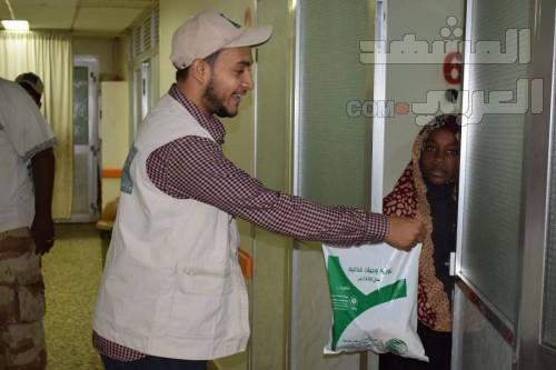 """""""سلمان للإغاثة"""" يدشن مشروع توزيع وجبات الإفطار بلحج (صور)"""