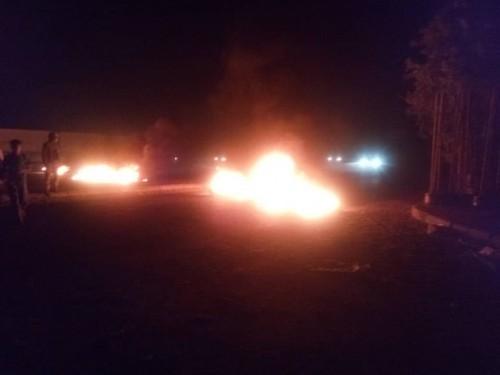 بسبب انقطاع المياه..اندلاع احتجاجات غاضبة بخورمكسر في العاصمة عدن