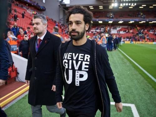 لا تستسلم.. رسالة محمد صلاح للاعبي ليفربول تُحرج ميسي أمام الجمهور