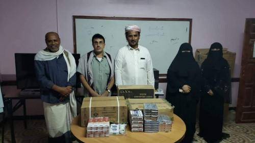 بدعم من التحالف.. توزيع أجهزة إلكترونية وأدوات مدرسية على مدارس قشن بالمهرة