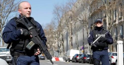الشرطة الفرنسية تبدأ التحقيق حول لجوء عدد من أفرادها لإخراج أسلحتهم
