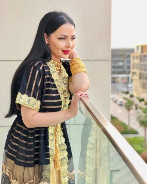 de1422eaa الأردنية ديانا كرزون تتألق بعباءة كلاسيكية في أحدث جلسة تصوير