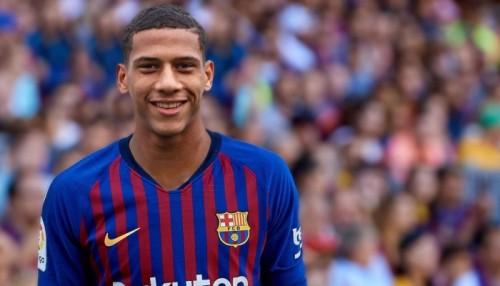 وكيل مدافع برشلونة يؤكد صعوبة انتقاله لنابولي