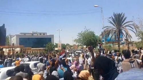 المجلس العسكري السوداني: مقتل ضابط وإصابة 3 آخرين خلال مواجهات مع المحتجين