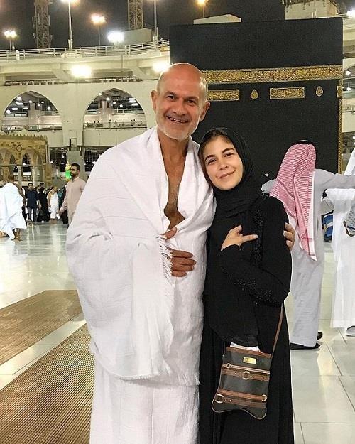 ملك قورة تؤدي مناسك العمرة برفقة والدها