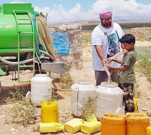 """""""سقيا الأمل"""" توفر آلاف اللترات من المياه النقية لمناطق جديدة بسقطرى"""