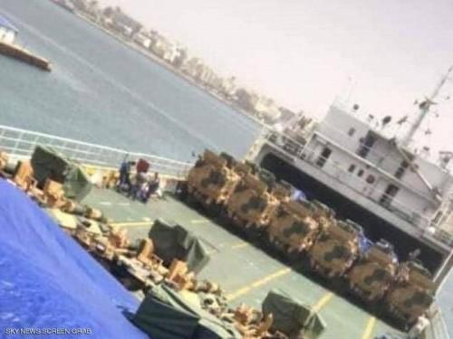 """تركيا ترسل شحنة أسلحة ومدرعات إلى ميناء طرابلس لدعم مليشيا """" الوفاق """" (فيديو)"""