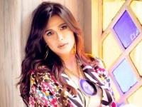 ياسمين عبد العزيز جذابة بعباءة ملونة في أحدث جلسة تصوير (صور)