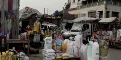 بسرقة المساعدات.. الحوثي والإصلاح يتفقان على تجويع فقراء اليمن