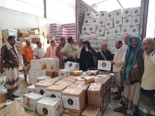 المجلس الانتقالي يوزع مساعدات غذائية على 1745 أسرة فقيرة في أبين