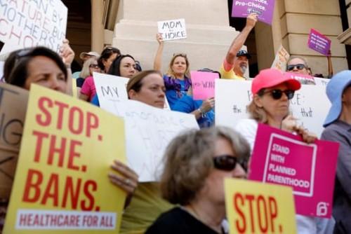 مظاهرات حاشدة أمام المحكمة العليا بواشنطن للاحتجاج على حظر الإجهاض