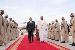 محمد بن زايد يستقبل ملك الأردن لدى وصوله أبوظبي