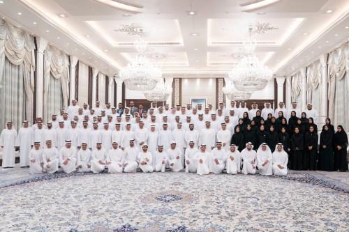 محمد بن زايد يستقبل المواطنين وموظفي وزارة شؤون الرئاسة