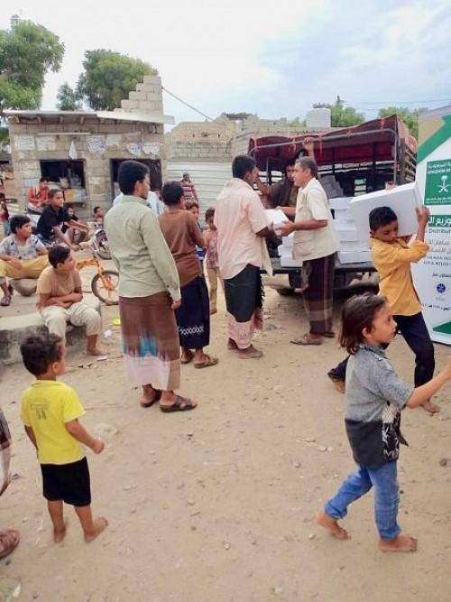توزيع 855 كرتون تمر للنازحين والأسر الأشد فقرًا بمحافظة أبين