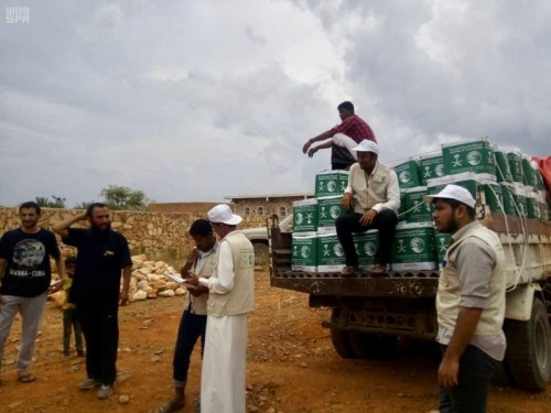 سلمان للإغاثة يوزع سلالا غذائية في مديريات نوجهر وعجمه وتروبه وجبئه بسقطرى