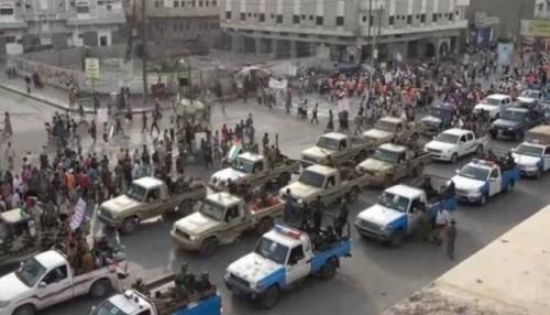 مليشيات الحوثي تجوب بسيارات نزع الألغام مدينة الحديدة