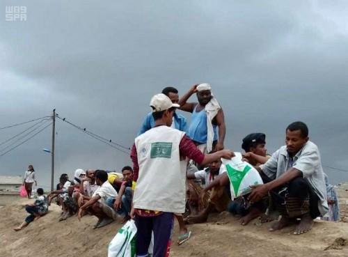 """لليوم الـ 27 على التوالي.. """"سلمان للإغاثة"""" يوزع وجبات الإفطار الجاهزة في عدن ولحج"""