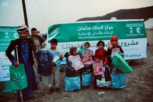 بالصور.. توزيع كسوة العيد على النازحين من صنعاء إلى مأرب