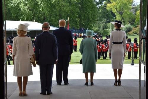 الملكة إليزابيث تستقبل ترامب وميلانيا في بريطانيا (صور)