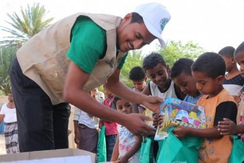 سلمان للإغاثة يوزع كسوة العيد في مديريتي تريم والسوم بحضرموت الوادي (صور)
