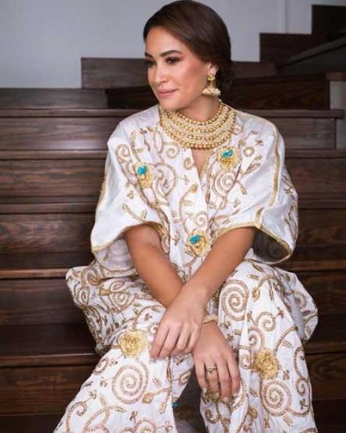 شاهد هند صبري بعباءة ملونة في أحدث جلسة تصوير