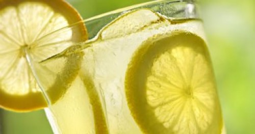 """10 فوائد لعصير الليمون ستجعلك تقبل عليه باستمرار.. """"حرق الدهون"""" أبرزها"""
