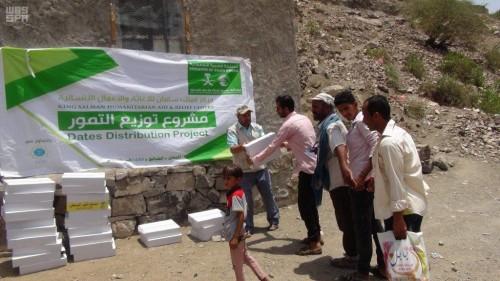 بدعم سعودي..توزيع 1125 كرتون من التمور في الضالع (صور)