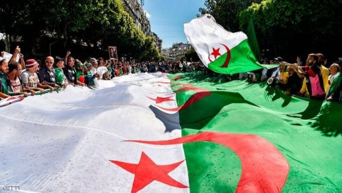 آلاف الجزائريين يتوافدون إلى وسط العاصمة للمطالبة برحيل النظام السابق