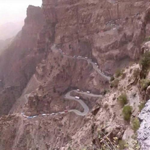 إغلاق الطريق الوحيد الرابط بين عدن و تعز بسبب انهيار صخري (صور)