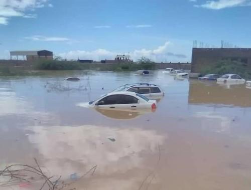 بالصور غرق أكثر من 20 سيارة جراء الأمطار بالمكلا.. وتنبيهات للمواطنين والصيادين