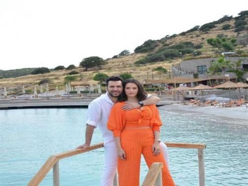 شاهد التركي مراد يلدرم بصحبة زوجته إيمان الباني في جلسة تصوير جديدة