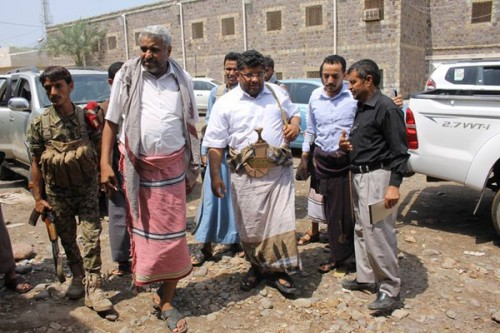 مليشيا الحوثي تجبر أعضاء تنفيذي الحديدة على زيارة الجبهات