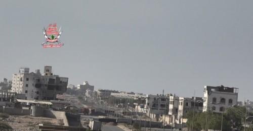 مليشيات الحوثي تستهدف مواقع العمالقة والقوات المشتركة في الدريهمي