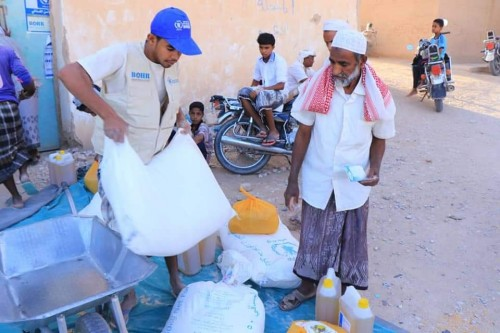 صرف المساعدات الغذائية للمستفيدين من مشروع الأمن الغذائي بحضرموت (صورة)
