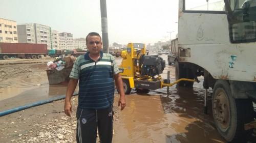 لجنة طوارئ الانتقالي الجنوبي تنفذ عملية شفط مياه الأمطار الراكدة بعدن (صور)