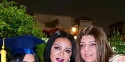 بالفيديو.. رانيا يوسف ترقص وتبكي أمام مدرسة ابنتها احتفالًا بتخرجها