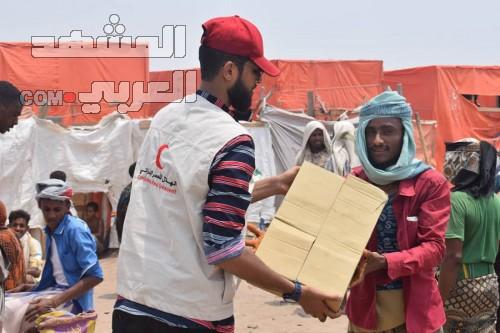 الهلال الإماراتي يوزع 500 سلة غذائية بمخيم المشقافة في لحج