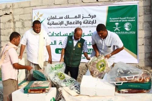 مركز الملك سلمان يوزع مواداً إيوائية بمنطقة بير أحمد بعدن (صور)