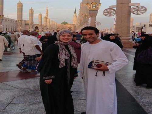 سامح حسين يؤدي مناسك العمرة برفقة زوجته