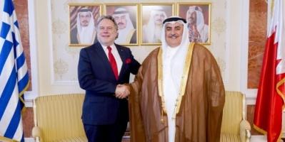 وزير الخارجية البحريني يلتقي نظيره اليوناني في مكتبه بالديوان العام