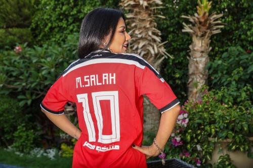 رانيا يوسف تدعم المنتخب المصري بـ تيشيرت محمد صلاح (صور)