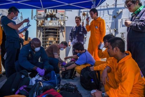 اللقطات الأولى لإنقاذ طاقم ناقلة النفط بمياه خليج عمان (صور)