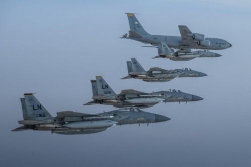 تأكيدًا على تعزيز العلاقات.. مقاتلات أمريكية وسعودية تحلقان معًا فوق الخليج العربي (صور)