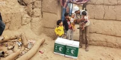 توزيع 300 سلة غذائية من السعودية على النازحين بالجوف