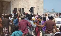 بالحجارة والأحذية.. مواطنون غاضبون بقلنسية يهاجمون موكب محافظ سقطرى ووزير الثروة السمكية (تفاصيل + صور)