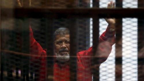 النيابة العامة المصرية برفقة فريق طبي تعاين جثمان محمد مرسي