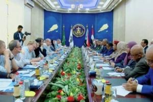 اجتماع بين الرئيس الزبيدي ووفد من الباحثين الأمريكيين بعدن