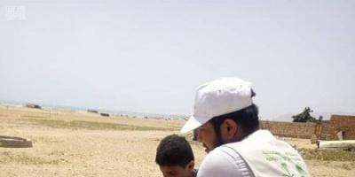 سلمان للإغاثة يوزع سلال غذائية في سقطرى